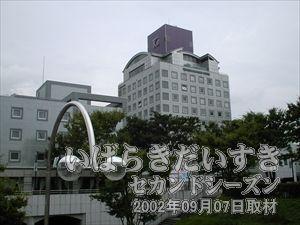 【オークラフロンティアホテルつくば】<br>つくばセンターに来ると目につく建物。それがオークラフロンティアホテルです。今回なぜか写真を撮らなかったので、以前撮影した写真(2000年07月28日撮影)をUP。