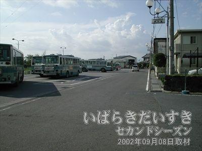 【バスターミナル】筑波駅は筑波鉄道が廃線となった今でも、バスターミナルとして機能しています。