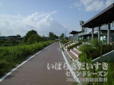 【筑波駅ホーム跡 岩瀬駅方面を眺める】水戸線 岩瀬駅方面を眺めます。向こう側は天候がよさそうですね~。