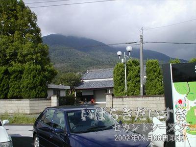 【筑波山 山頂方面を眺める】こちら麓の天気は回復していますが、山頂付近は雲に覆われています。先ほどまで、あそこにいました。