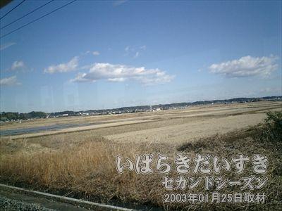 【冬のいばらき】<br>水戸へ行く常磐線の車窓から。空が高く澄んでいます。