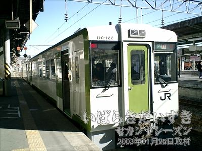 【水戸駅2番線で出発を待つ水郡線 車両】<br>2両編成の非電化車両。車内は混み合っています。