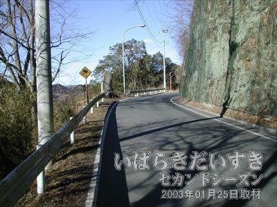 【山道を歩く】<br>袋田駅から袋田の滝に向かう途中、こんな山道を歩きます。