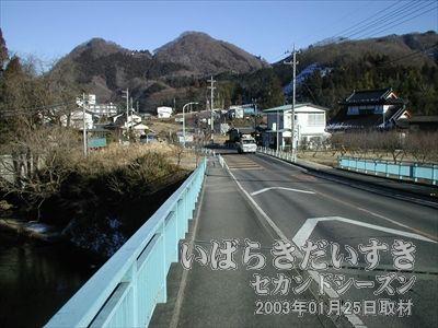 【まだまだ道が続く】<br>山道を越え、大通り沿いを歩きます。袋田の滝はまだ先のようです。