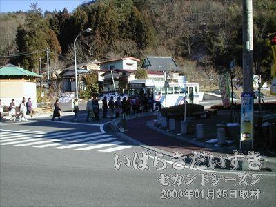 【袋田の滝(滝本)にバス停】<br>もうほとんど袋田の滝まで来ました。バス停があります。