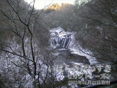 【生瀬の滝】<br>木々の隙間から奥に見えるが生瀬の滝です。