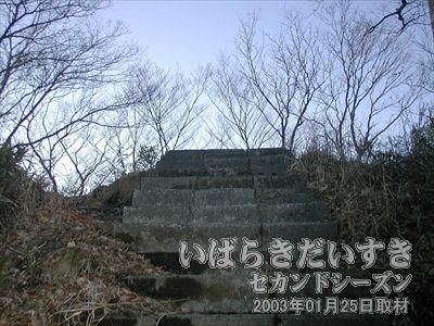 【足元はいっそう危なく】<br>山頂に向かうに従い、手すりが無くなったりします。