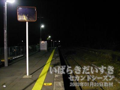 【袋田駅 ホーム】<br>暗闇。待てども電車は来ません。なんと70分待ち。さらに本日の終電とのこと。