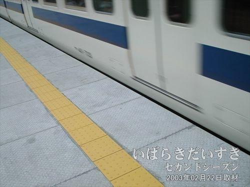 常磐線 偕楽園駅のホームが高くなっている(かさ上げされている)<br>去年2002年の時は、車両出口とホームの高さの間隔が20cmくらいあり、危険でした。