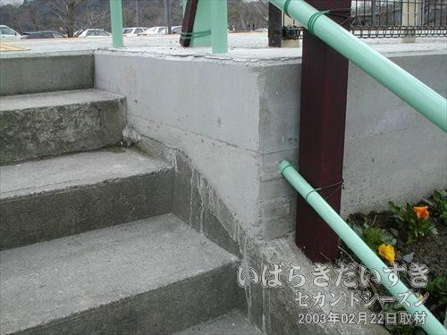 駅ホームがかさ上げされている<br>コンクリートでかさ上げされています。