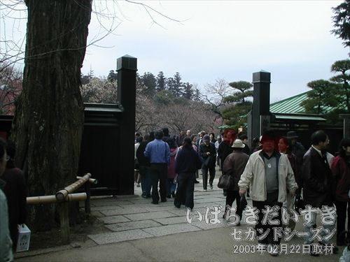 偕楽園 東門<br>偕楽園への観光客で賑わっています。