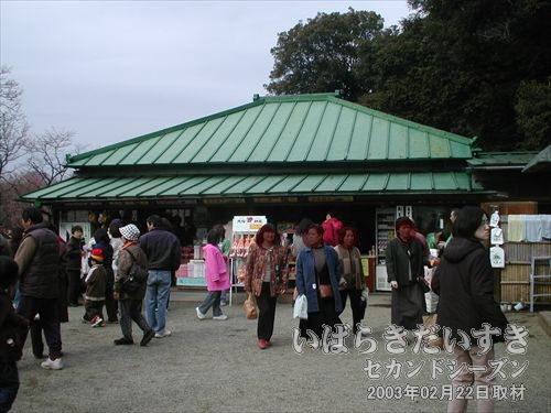 見晴亭<br>偕楽園東門を入ってすぐ左にあります。観光案内とお土産の販売。