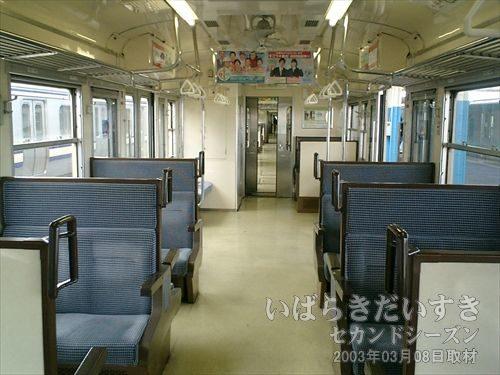 鹿島線 ボックス席<br>地方路線に多い、ボックス席。出発時にはほどよい程度の乗車率になりました。