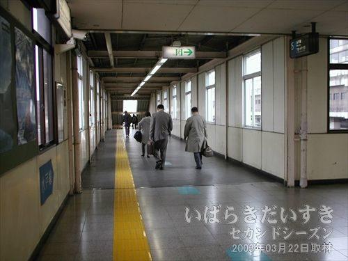 小山駅 水戸線ホームへの通路<br>利用者多し。東北本線と離れたところにホームがあるのが寂しい。