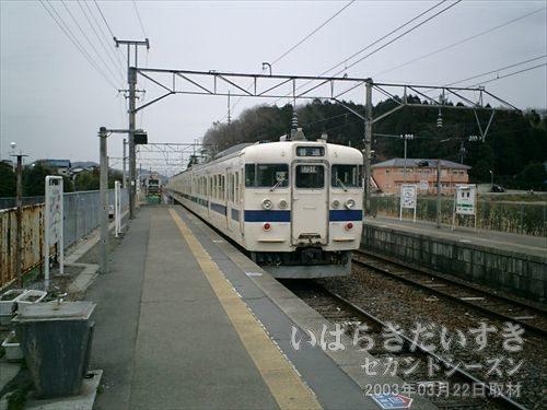 水戸線 岩瀬駅に到着<br>岩瀬駅ホームに降り立つと、友部駅行きの電車は出発してしまいました。