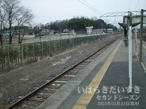 水戸線岩瀬駅 2・3番線ホーム<br>この左手緑地部分に筑波鉄道のホームがありました。