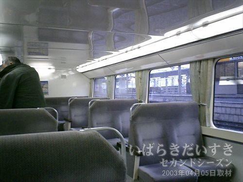 常磐線 2階建て車両(415系)1階席<br>窓の高さは、駅ホームの高さぎりぎり。