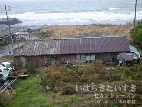海岸沿いには渋い家<br>もう少し海より荷進んでいくと、なかなか渋い素材感の家があります。