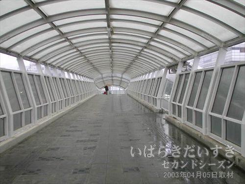 跨線橋を渡り、日立駅の反対側へ<br>常磐線の線路をまたぐように、高架橋(跨線橋って言うの?)があるので、渡ります。