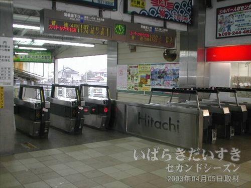 日立駅 中央口 改札<br>改札脇には「Hitachi」の文字。日立駅は日立の町なんですね。