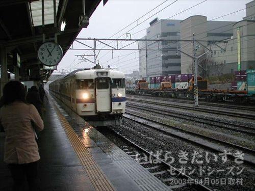 日立駅ホーム<br>いわき駅行きの車両が入線してきます。
