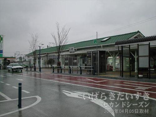 常磐線 四ツ倉駅 駅舎<br>四ツ倉駅駅前にはロータリーもあり、住宅もあって栄えています。