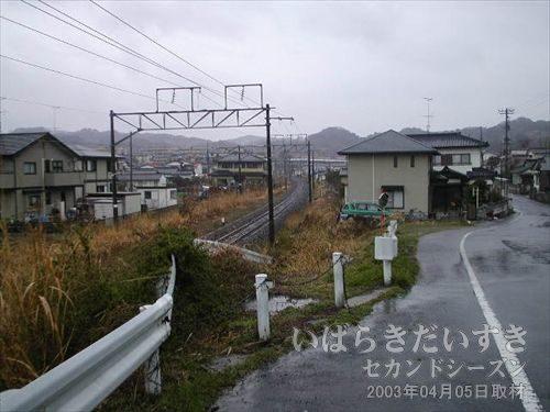 四ツ倉トンネル方面に向かう<br>常磐線の単線が四ツ倉駅から延びています。進行方向先、あの先に四ツ倉トンネルがあるはず。。