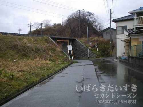 線路に平行して道があると思ってた<br>しかし、四ツ倉トンネルどころか、線路に沿って道は続かず、くねくねと道路は曲がります。