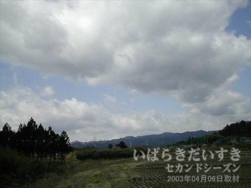 大きな雲<br>遠くの山を飲み込むような雲です。