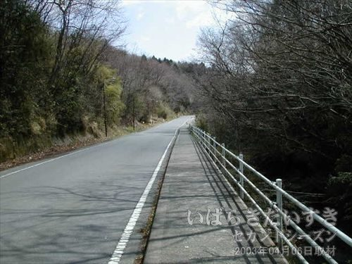 山道を下る<br>竜田駅に向かう為歩いているのですが、方角はあっているのでしょうか?