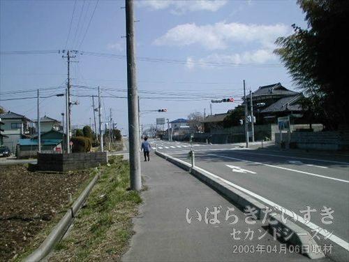 交差点<br>やっと、町の中、って感じがしてきました。