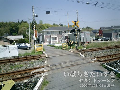 10:02 常磐線の線路に合流<br>予定通り、常磐線の踏切(岸前踏切)に合流。更に進んでいきます。