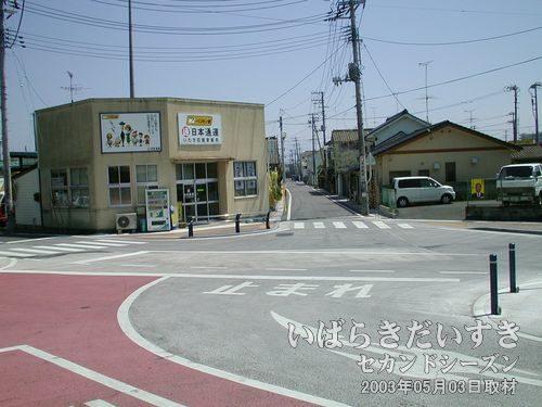 四ツ倉駅前の細い道<br>この細い道を進んで、旧トンネルを探しに行きます。
