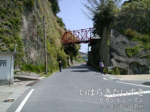 前回、遭難していた旧6号国道<br>諏訪神社からしばらく進むと、交番の横にある旧6号国道。ここを進みます。