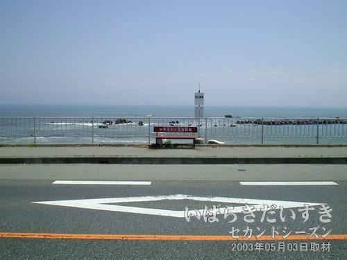 国道6号を進んでいき、弁天島を過ぎた辺りにバス停。青春18きっぷのポスターにありそうな構図。