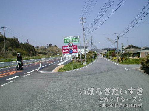 右手の細い道を進む<br>国道6号からはずれ、右手の細い道を進む事にします。港(海)があるはず。
