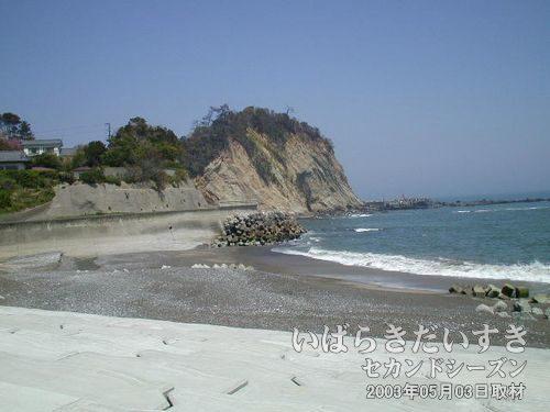 海に出ました<br>まっすぐ道を進んでくると、海が見えてきました。座れるところがあったので、ここでお昼にします。