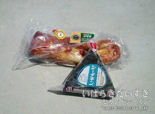 お昼ごはん<br>朝、購入した調理パンとおにぎり。いつもより、おいしくいただきました(^^)。