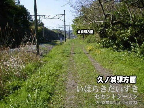 館ノ山トンネルを通過する<br>旧線跡は、現行線路に吸収されていきます。写真では分かりづらいですが、遠くに末続駅のホームがあります。
