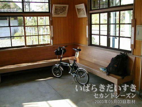 常磐線 末続駅 駅構内にて<br>駅舎内にて自転車を持ち込みます。いわき駅に戻る電車まで、1時間以上あります・・・。