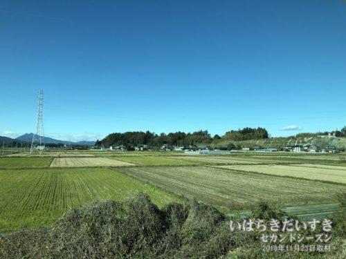 高浜駅で車窓から見た、舟塚山古墳群。