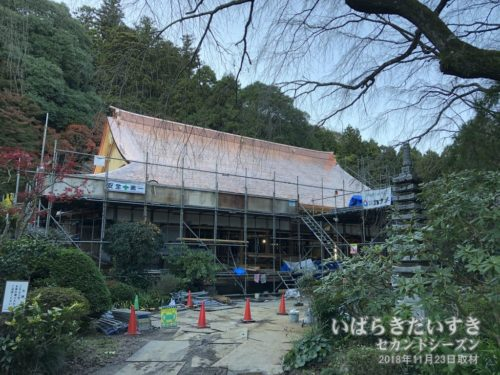 小松寺 本堂は屋根の吹き替え工事中。