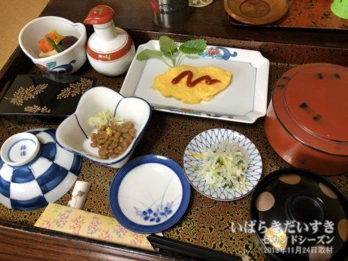 銚子屋旅館 朝食:部屋まで配膳してくれます。