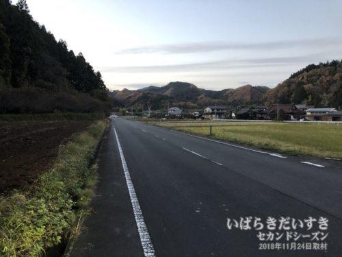 武生山を下りてきて、遠くに水郡線の線路。