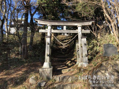 八溝峰神社参道の鳥居。自転車は迂回して上ります。