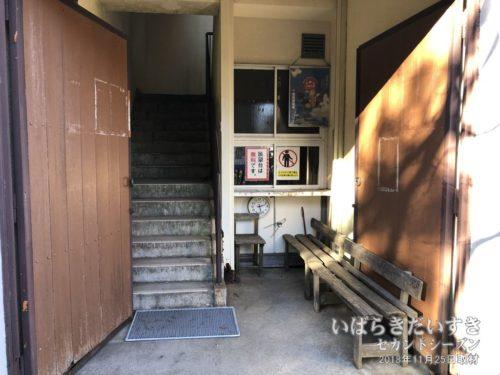 八溝山展望台入口。かつて、事務所があったようだ。