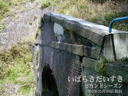 末続トンネル上部<br>ゴシック調のストレートラインが格調の高さを感じさせてくれます。