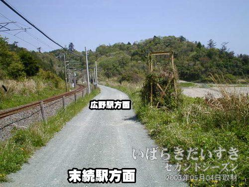 道なりに進む<br>左手に現行の常磐線線路があります。