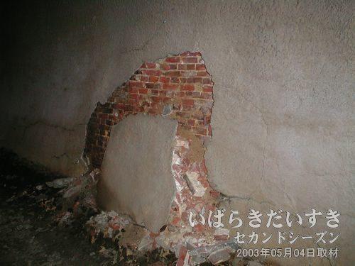 はがれ落ちるモルタル<br>強度補強のために塗られたモルタルが剥がれ落ちています。。トンネル崩落。。。(´=ω=`)。
