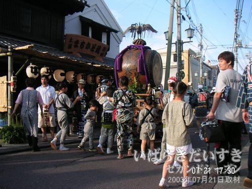 動き出す祭り<br>子どもたちが大太鼓を乗せた車を押し始めました。